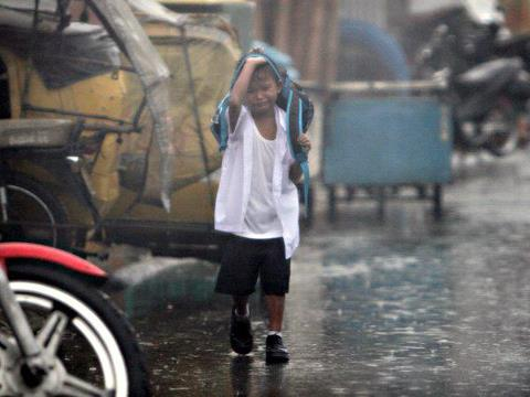 boy-cried-walking the street